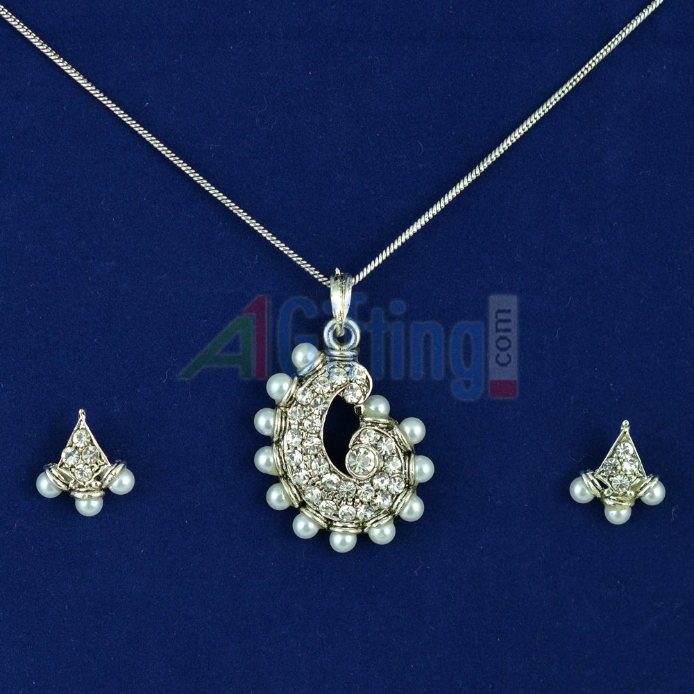 Pearl and Diamond White Metalic Locket Set